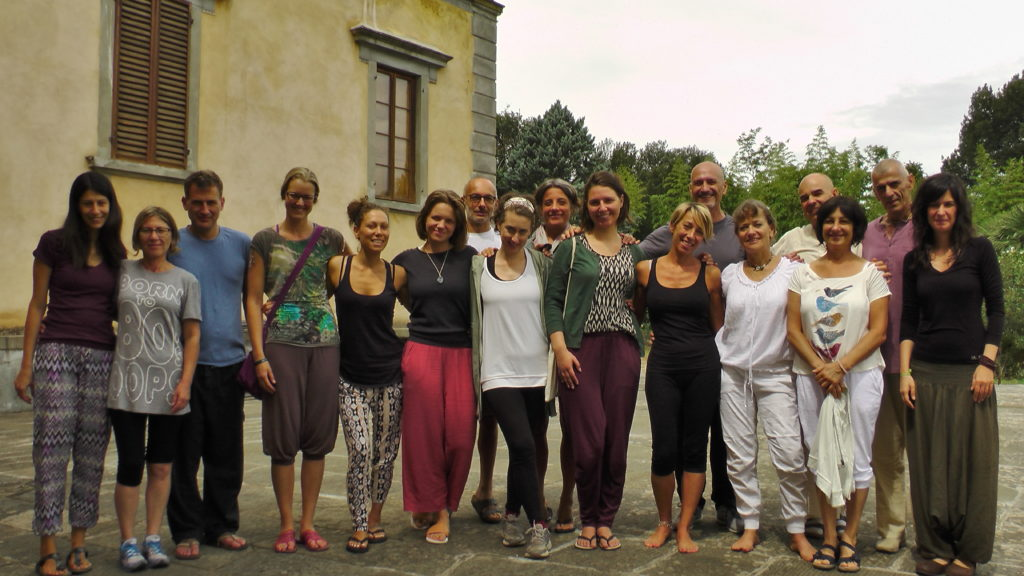 ok group photo of yoga students with sabine outside