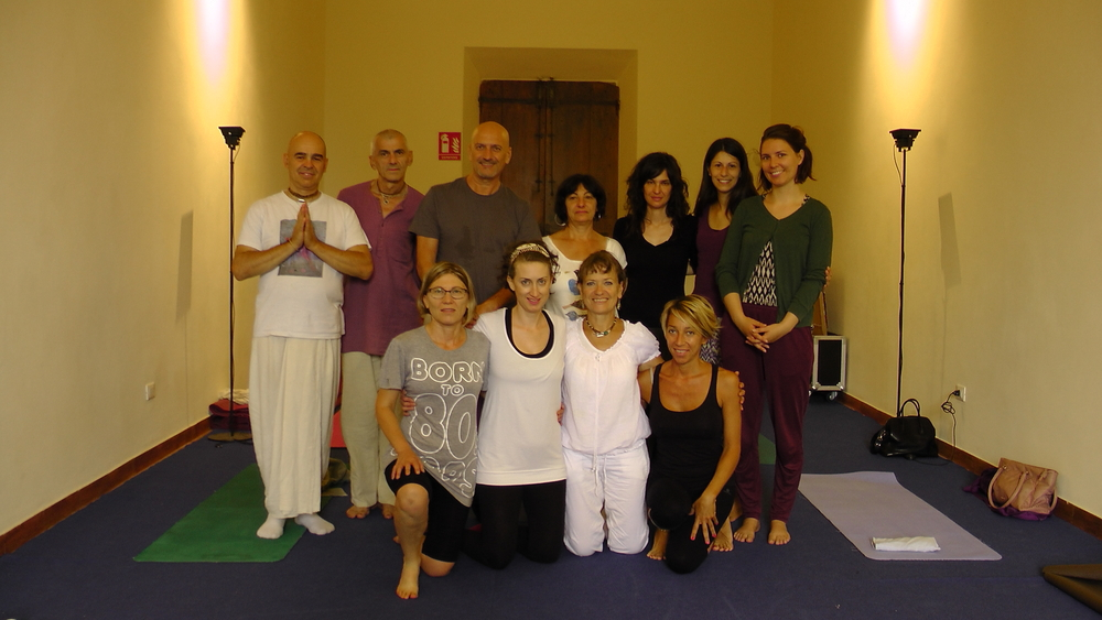 rsz_ok_group_photo_of_yoga_students_with_sabine
